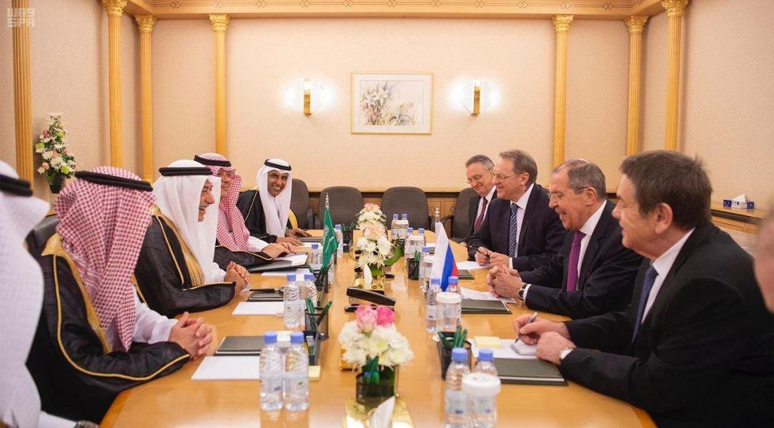 وزير الخارجية يلتقي نظيره الروسي خلال جلسة مباحثات لمناقشة آخر المستجدات