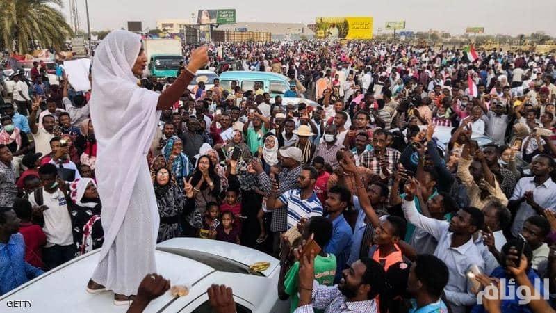 الجيش السوداني يحاول فض اعتصام القيادة العامة.. ودعوات للانضمام للمعتصمين
