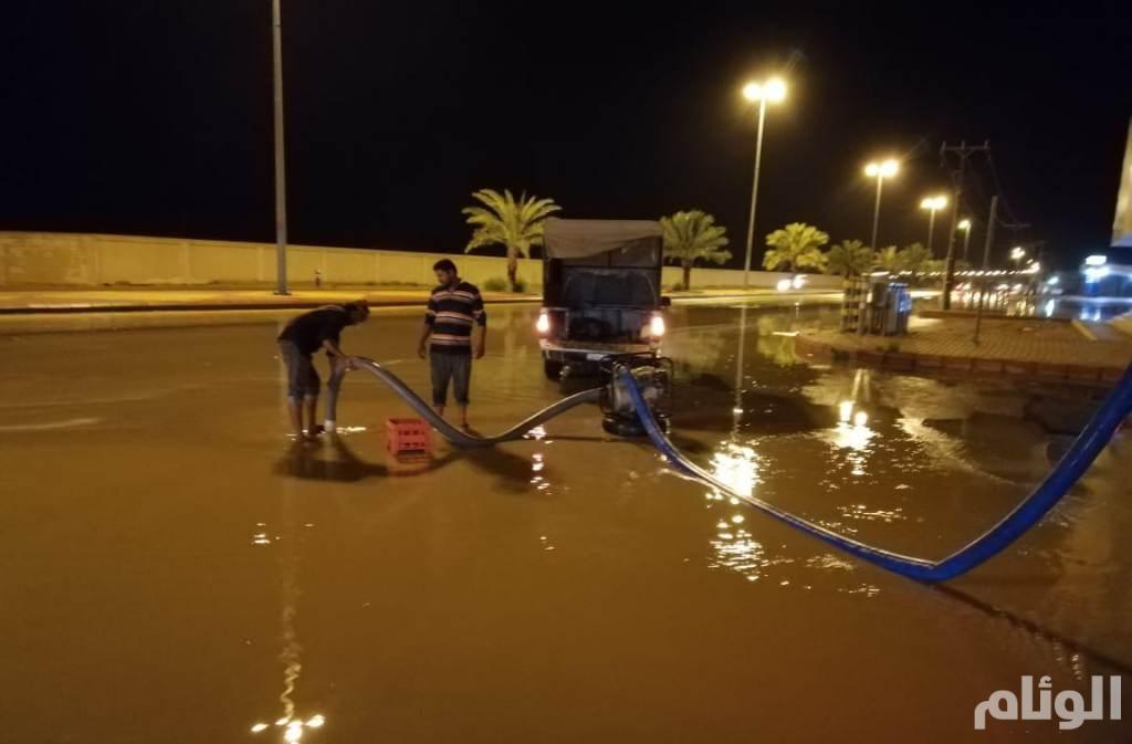 """""""فرق الطوارئ"""" بالدلم تنفذ خطة إدارة الفيضانات لسحب مياه الأمطار"""