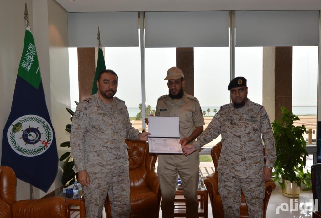 تكريم الرقيب البحري طلال بن هلال لإنقاذه أحد زملائه من الغرق