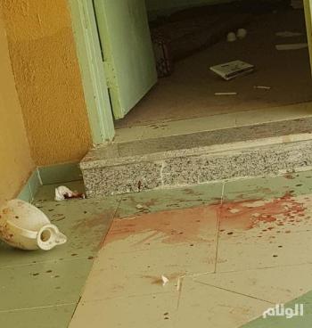 حارس مدرسة يتعرض لضرب مبرح من قبل شبان في محافظة الكامل