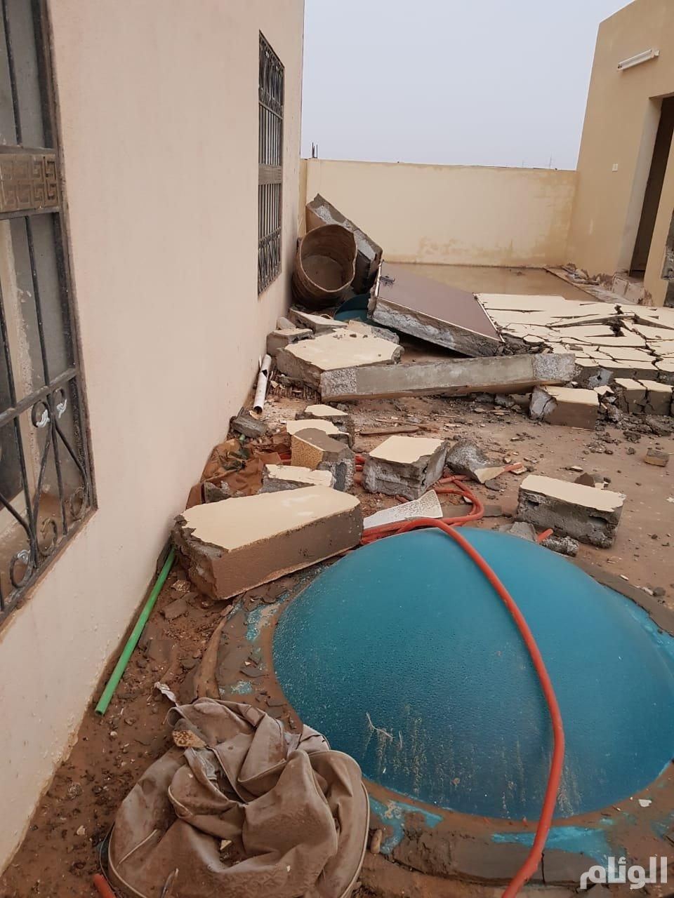 بالصور .. أمطار مصحوبة برياحٍ شديدة تحطم منزلا في الأفلاج وتقتلع الخيام
