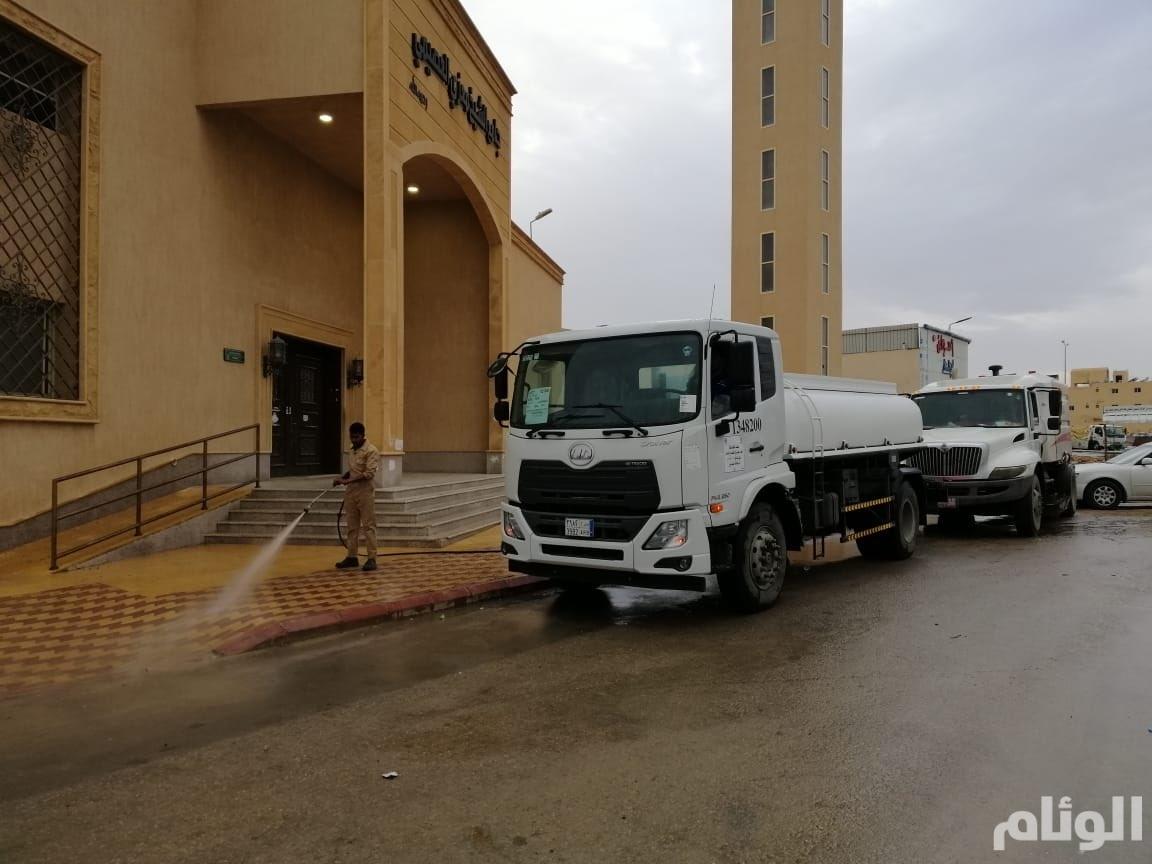 أمانة الرياض تتحرك في رمضان لتنظيف الشوارع المحيطة بالمساجد ..وتساؤلات أين هي باقي الأشهر !