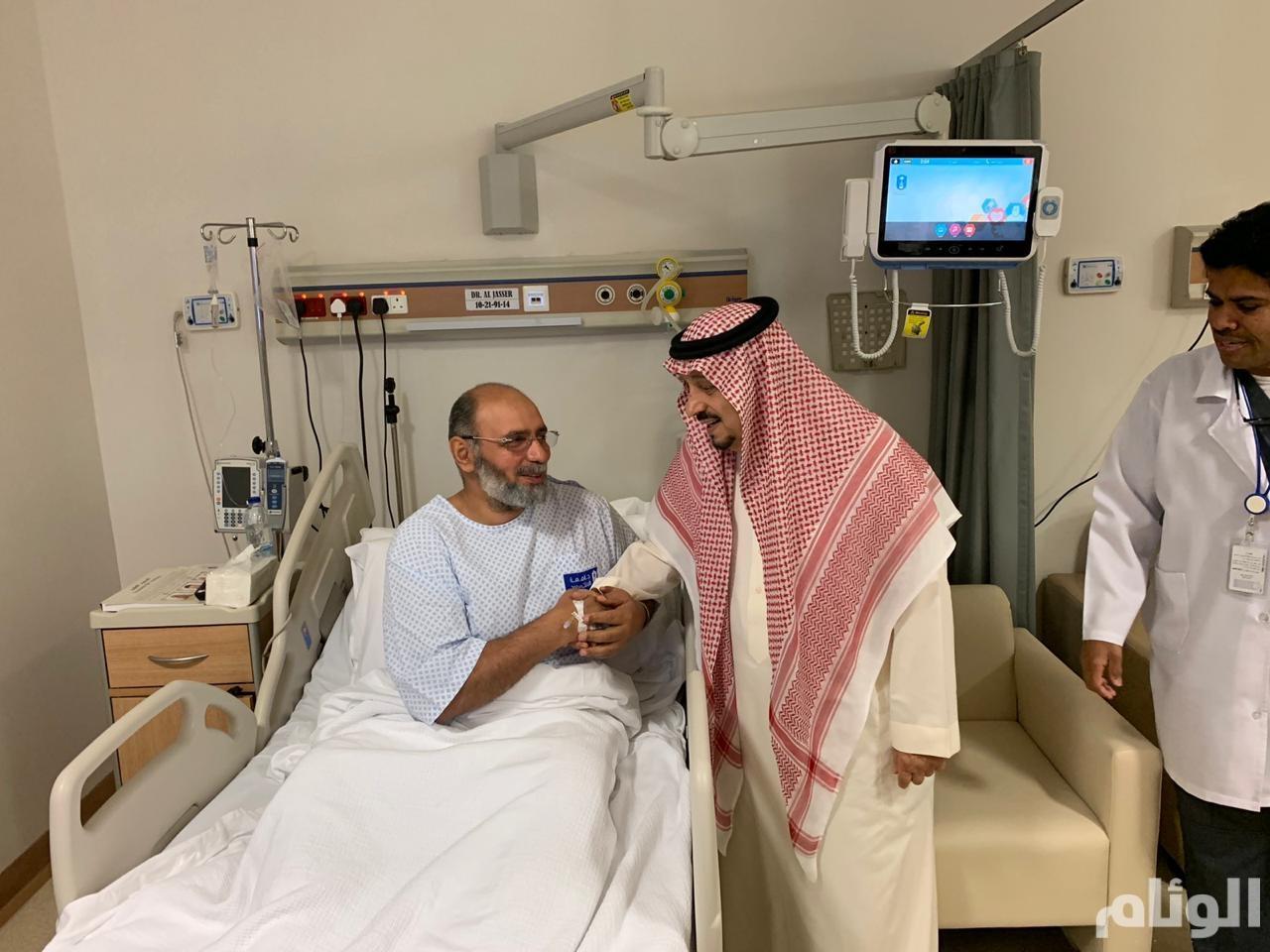 أمير الرياض يزور مدير عام المراسم للإطمئنان على حالته الصحية