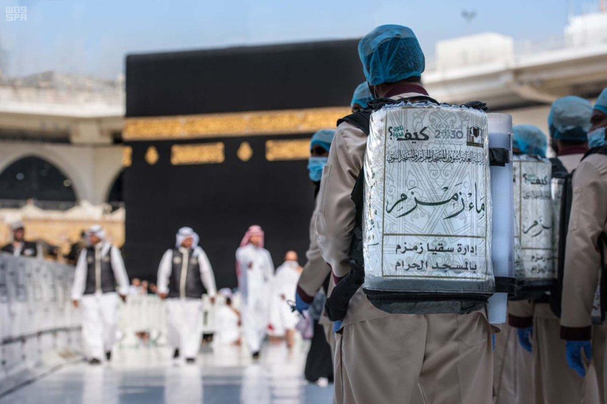 بالصور.. إدارة سقيا زمزم.. خدمات جليلة لقاصدي المسجد الحرام