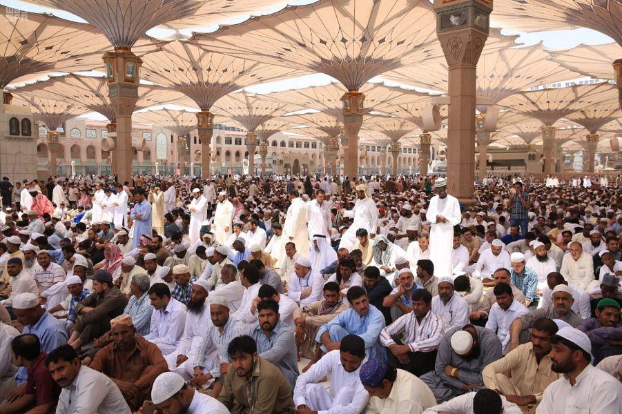 المصلون بالمسجد النبوي يودعون الجمعة الأخيرة من رمضان