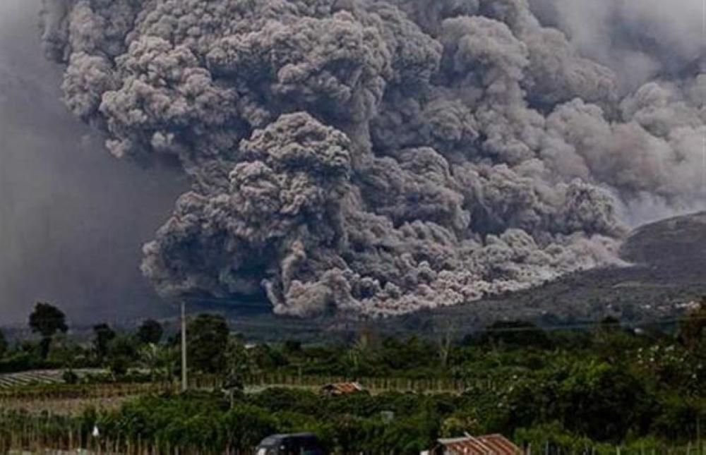 جبل أجونج في إندونيسيا يطلق رمادا بركانيا لارتفاع ألفي متر