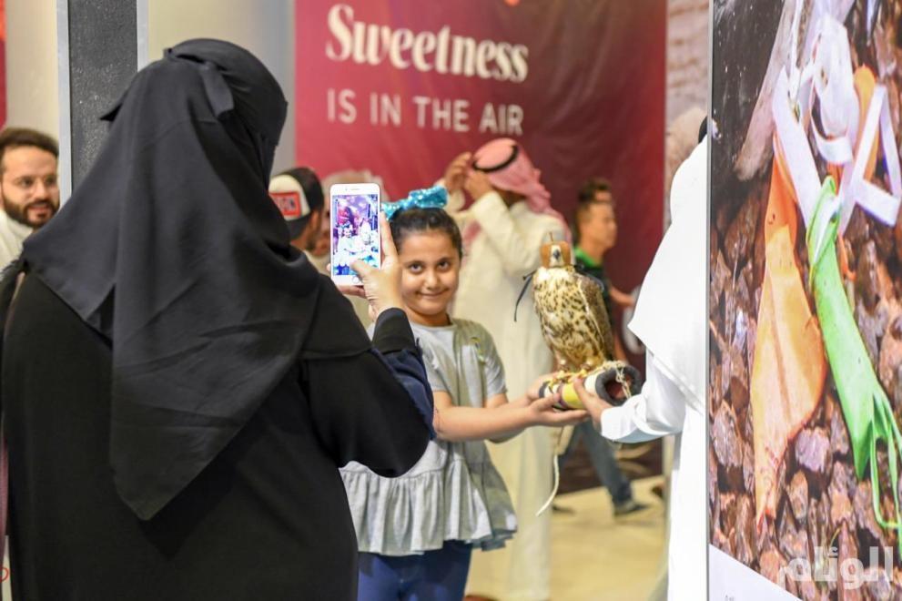 شاهد: زوار معرض نادي الصقور يوثّقون اهتمامهم بالطيور المهاجرة