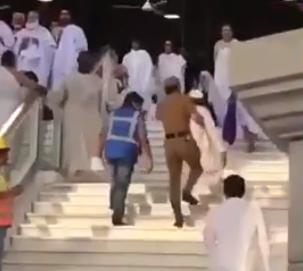شاهد.. رجل أمن يحمل مسنا لمساعدته على صعود الدرج في المسجد الحرام