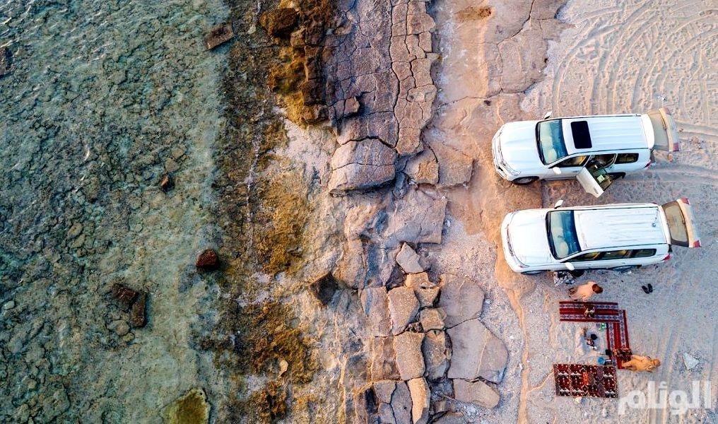 شاهد: أهالي وزوار محافظة الوجه يستمتعون بوجبة الإفطار على شاطئ البحر