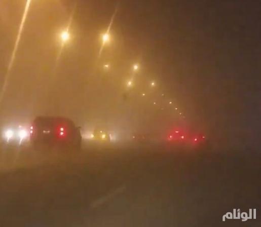 شاهد.. عاصفة ترابية في الرياض وانعدام الرؤية على بعض الطرق
