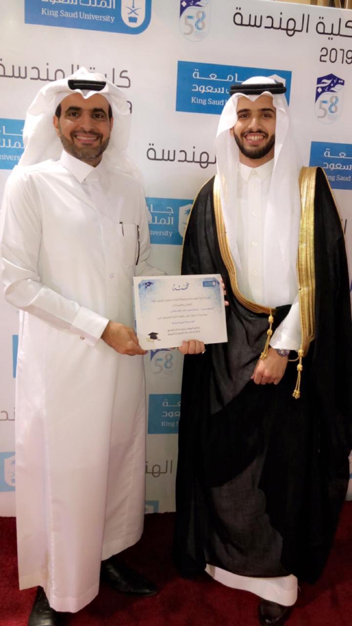 عبدالرحمن القحطاني يحتفل بتخرجه في كلية الهندسة