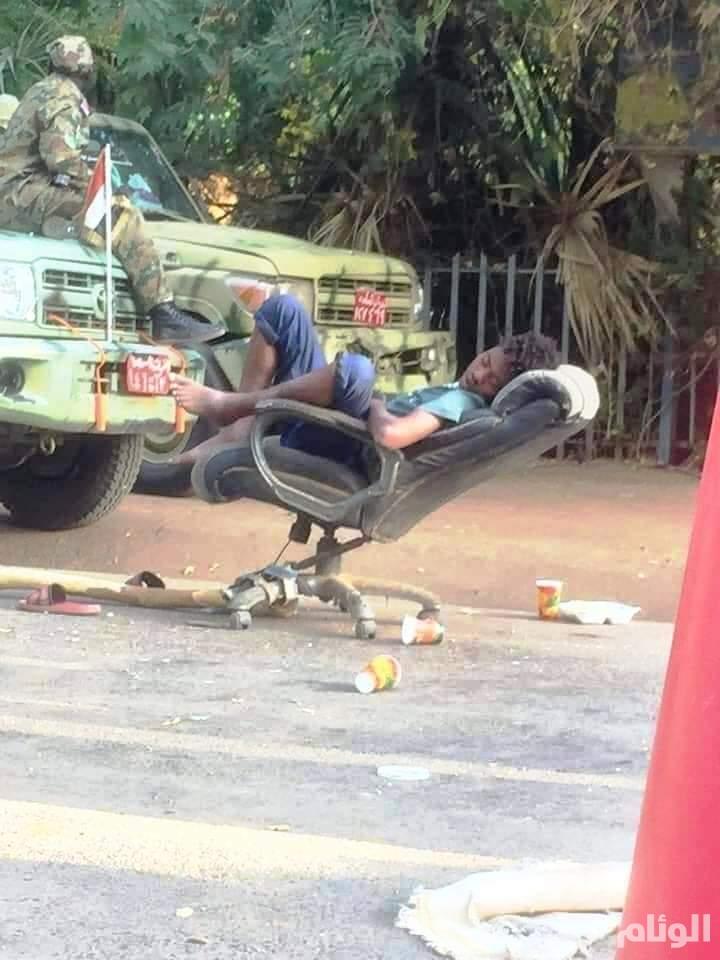 استراحة ثائر سوداني في الطريق بحراسة الجيش والدعم السريع