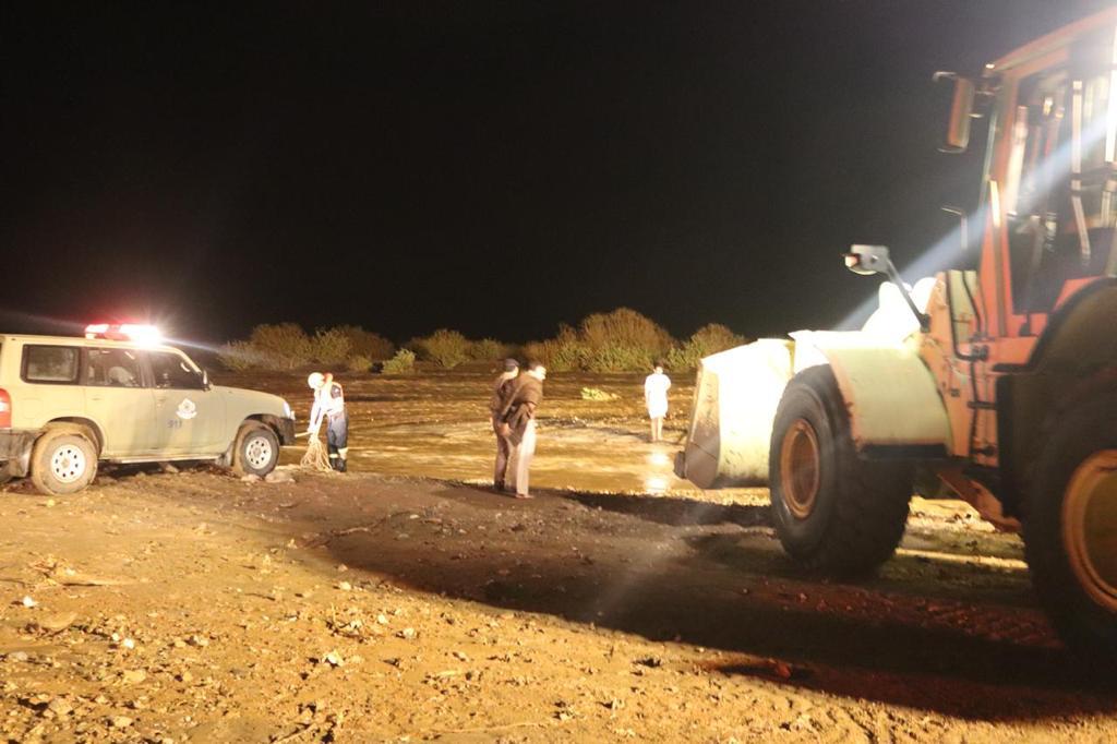 """""""مدني الطائف"""": احتجاز مركبات وإنقاذ 97 راكبًا من جنسيات مختلفة جراء الأمطار"""