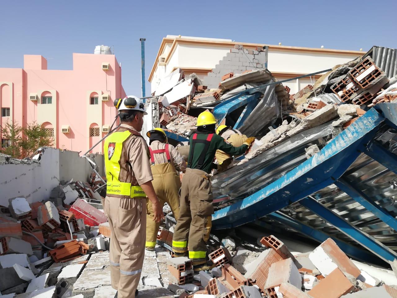 بالصور.. مصرع واصابة 3 بإنهيار مبنى تحت الإنشاء في ينبع