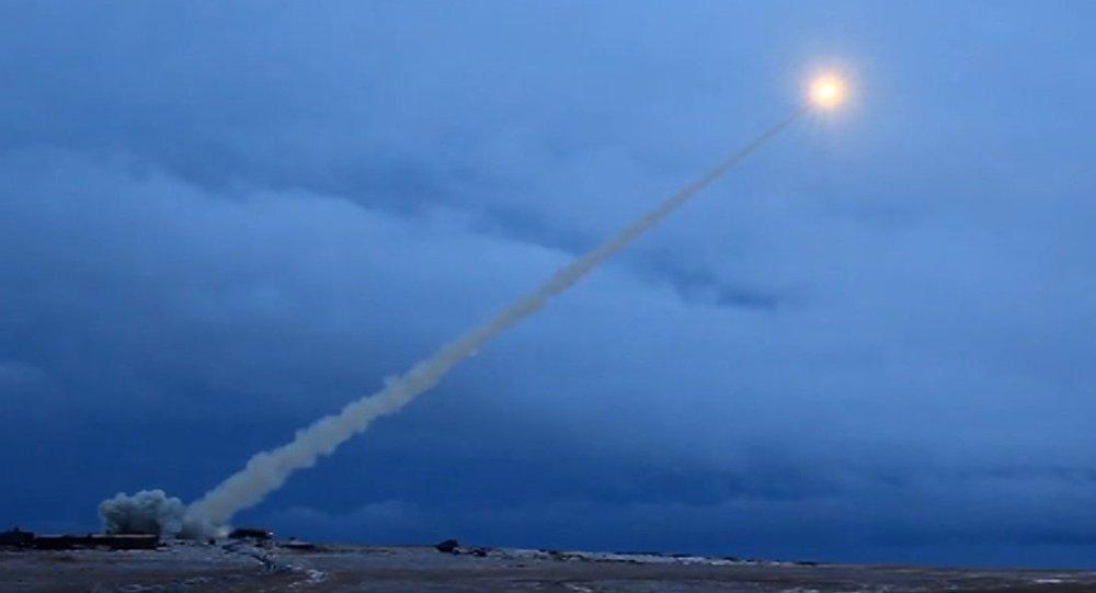 إصابة 26 مدنياً بعد استهداف مطار أبها بصاروخ