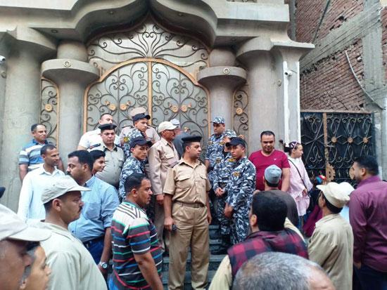 بالصور.. حشود حول منزل صلاح في مصر تمنعه من أداء صلاة العيد