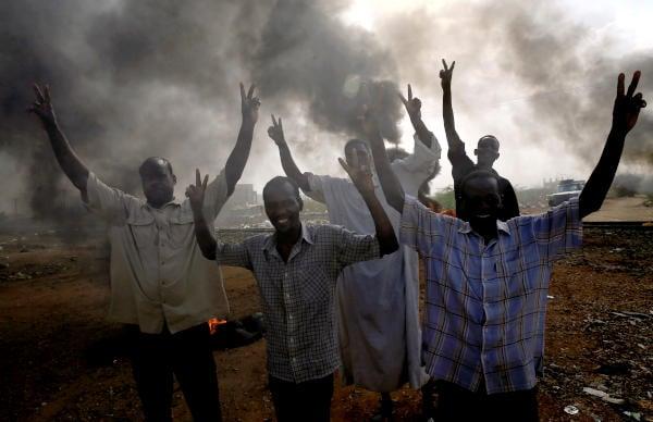 الأمن السوداني يطلق الغاز المسيل للدموع على متظاهرين يقتربون من القصر الرئاسي