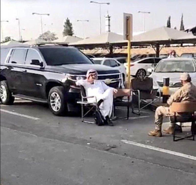 أمير عسير يتحدى إرهاب الحوثي بزيارة لمطار أبها