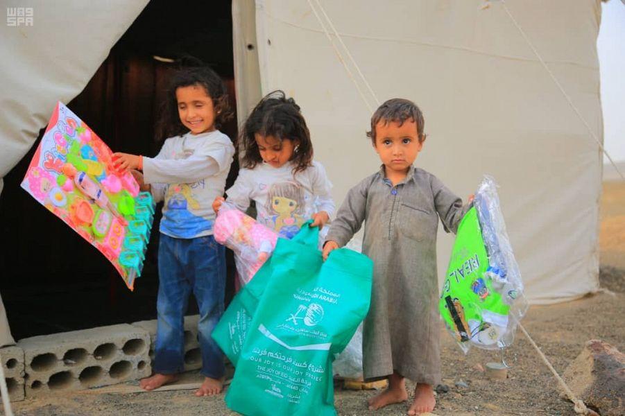 مركز الملك سلمان للإغاثة يوزع كسوة العيد للأيتام في عدة محافظات يمنية