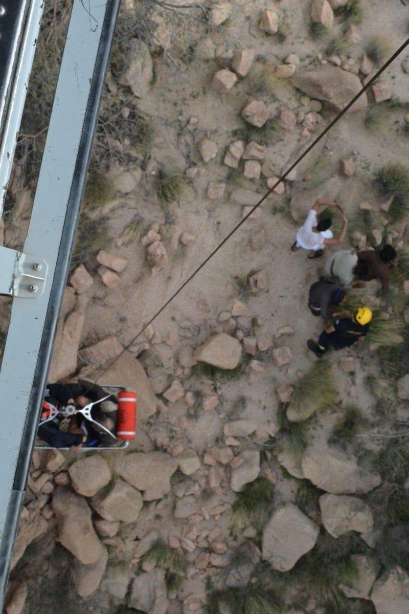 شاهد: طيران الأمن ينقذ رجلا بعد سقوطه من مرتفع جبلي بالطائف
