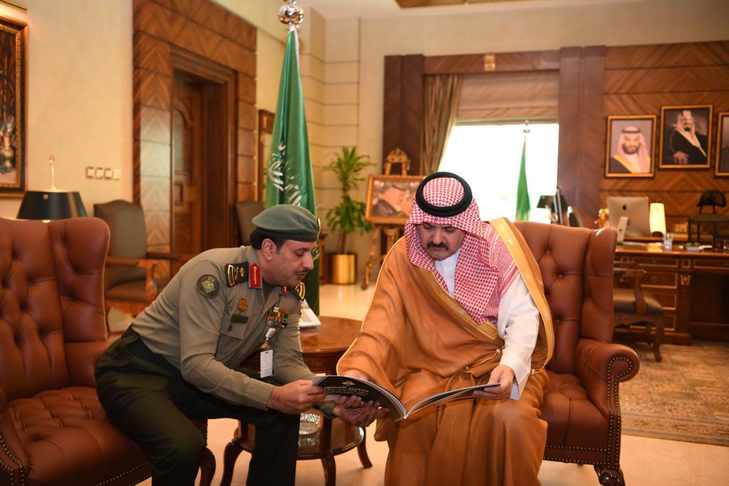 محافظ جدة يتسلم تقريرا عن تطوير مرافق الجوازات