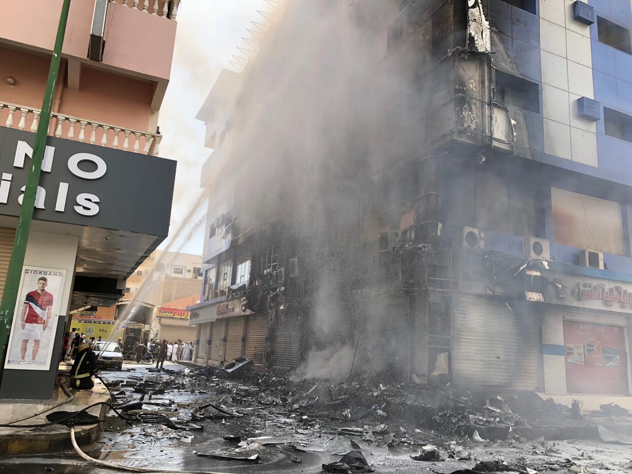 في ينبع.. حريق مبنى سكني يحتجز 8 أشخاص (صور)