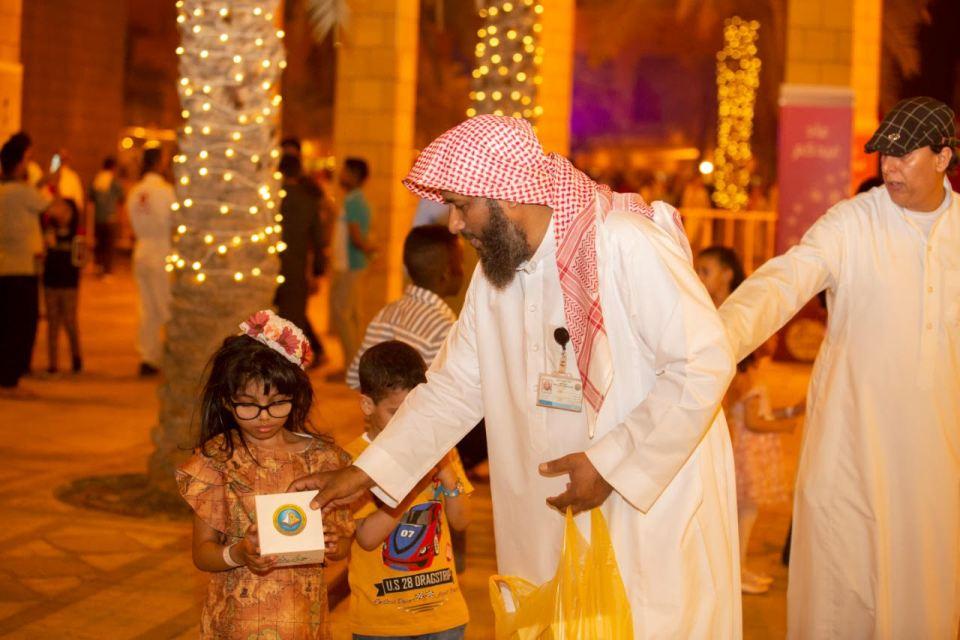بالصور: «هيئة الرياض» توزع هدايا العيد على المواطنين والمقيمين