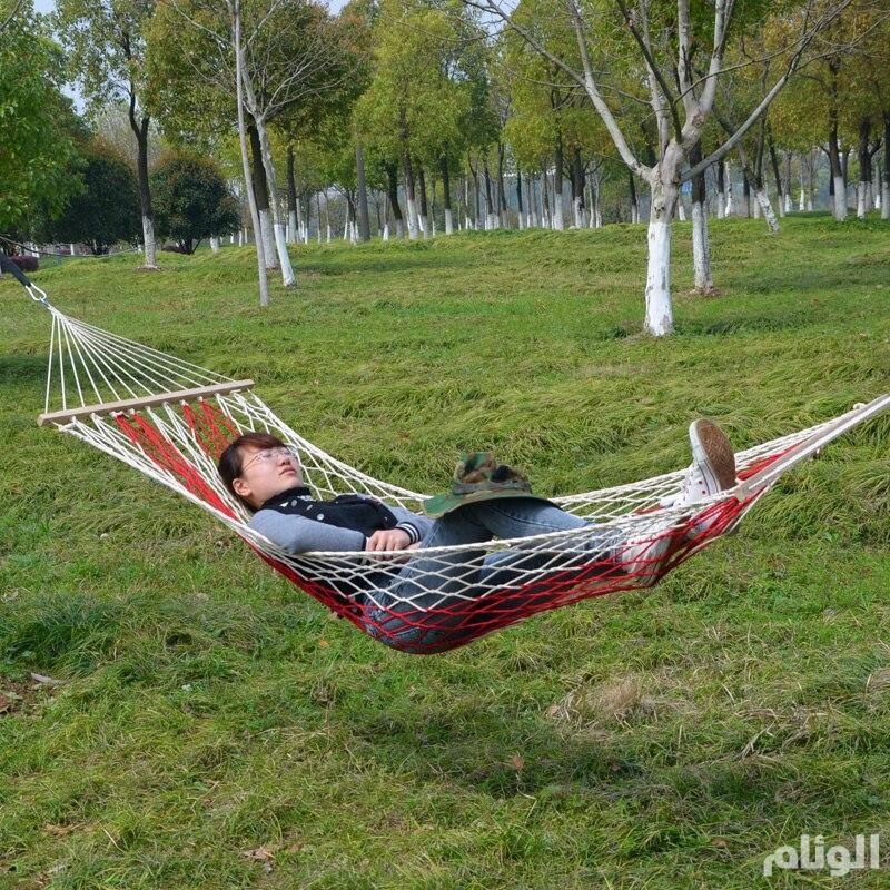 تغريم سائح 300 يورو بسبب نومه في أرجوحة على الشاطئ