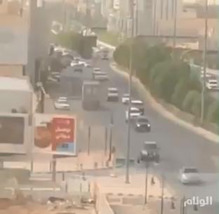 شاهد.. القبض على سائق شاحنة يسير عكس الاتجاه على طريق الملك فهد بالرياض
