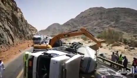حادث يغلق الطريق السريع بين بيشة وخميس مشيط لمدة 3 ساعات