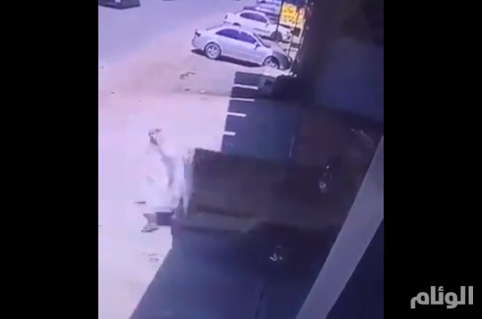 نجاة شخص من الدهس تحت عجلات مركبة أثناء تحركها للخلف بأحد شوارع المملكة