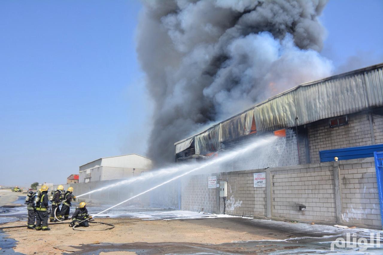 إخماد حريق في مستودعين تحتوي على مواد كيميائية بحي الخمرة بجدة