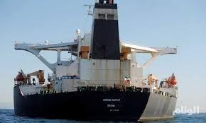 """ناقلة النفط الإيرانية """"تراوغ العالم"""" في مياه المتوسط"""