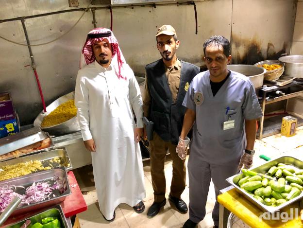 """أمانة المدينة المنورة: تسليم 19 عاملا لوحدة ضبط المخالفات بسبب """"مطعم مخالف"""""""