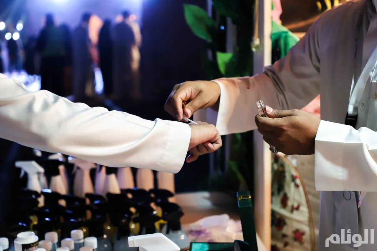 بالصور… زوار «قرية ورد» صنعوا أكثر من 6000 عطر عبر مختبر الورد