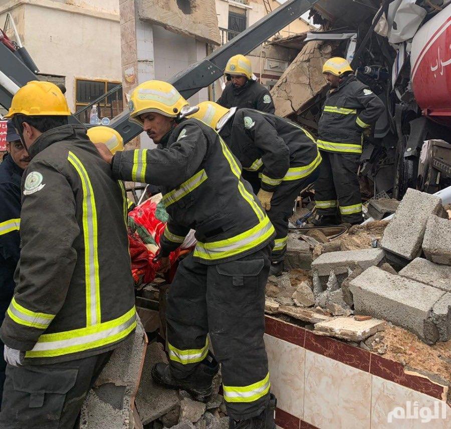 """مصرع سائق """"تريلا"""" محملة بالوقود بعد اصطدامه داخل محطة مهجورة بالطائف"""