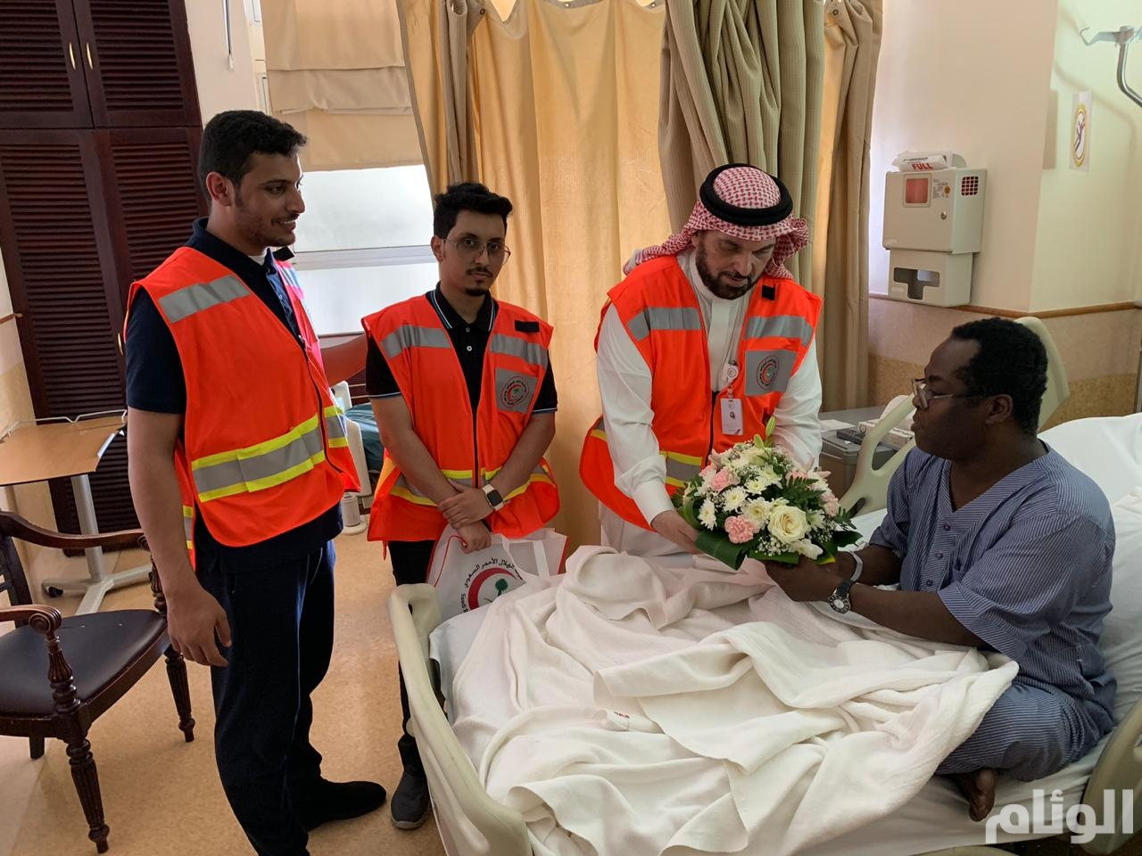 """منسوبو الهلال الأحمر """"يعايدون"""" المرضى بمستشفى الملك فهد العام بجدة"""