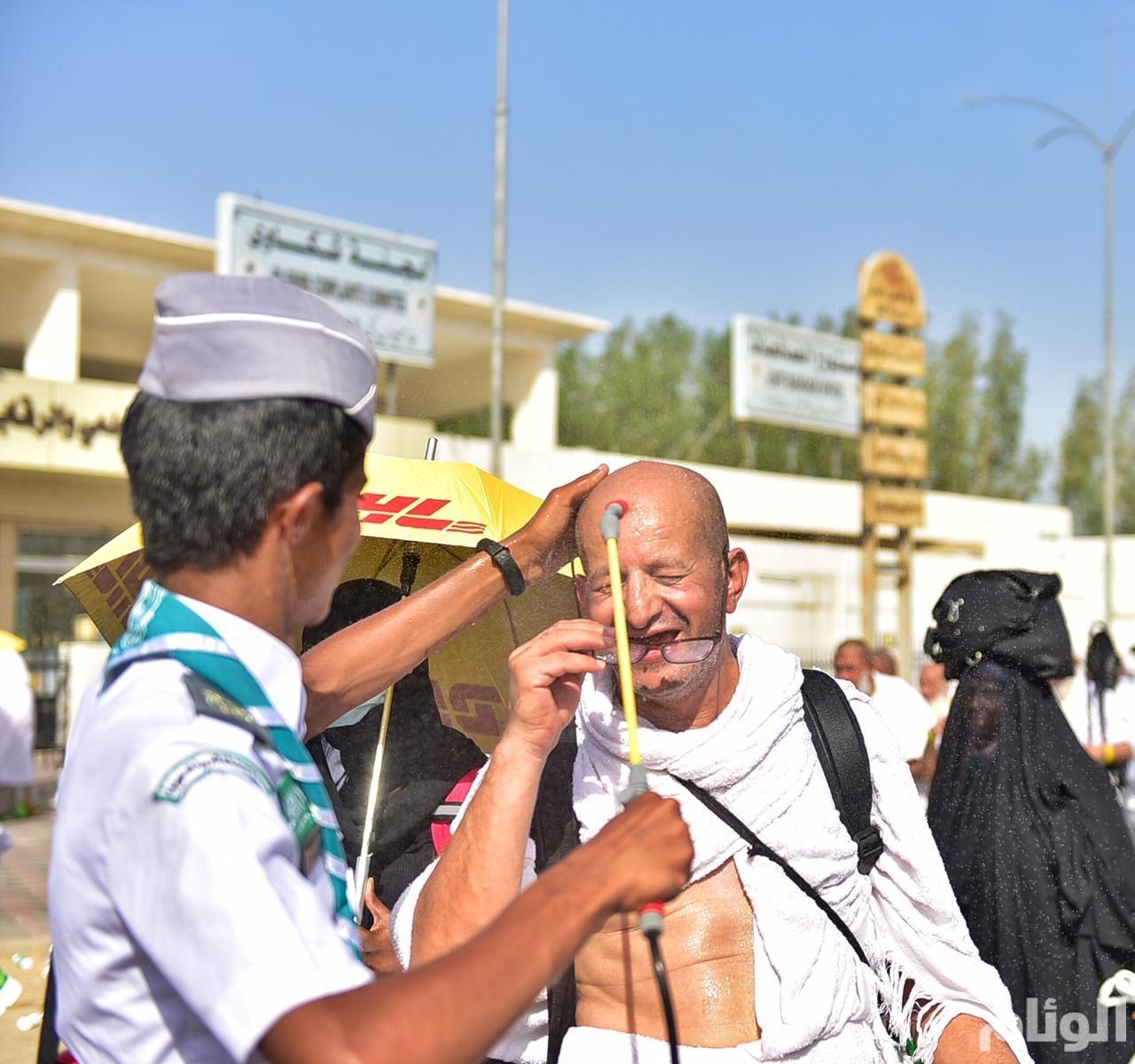 أفراد الكشافة السعودية يرسمون لوحة إنسانية في العطاء لضيوف الرحمن على صعيد عرفات