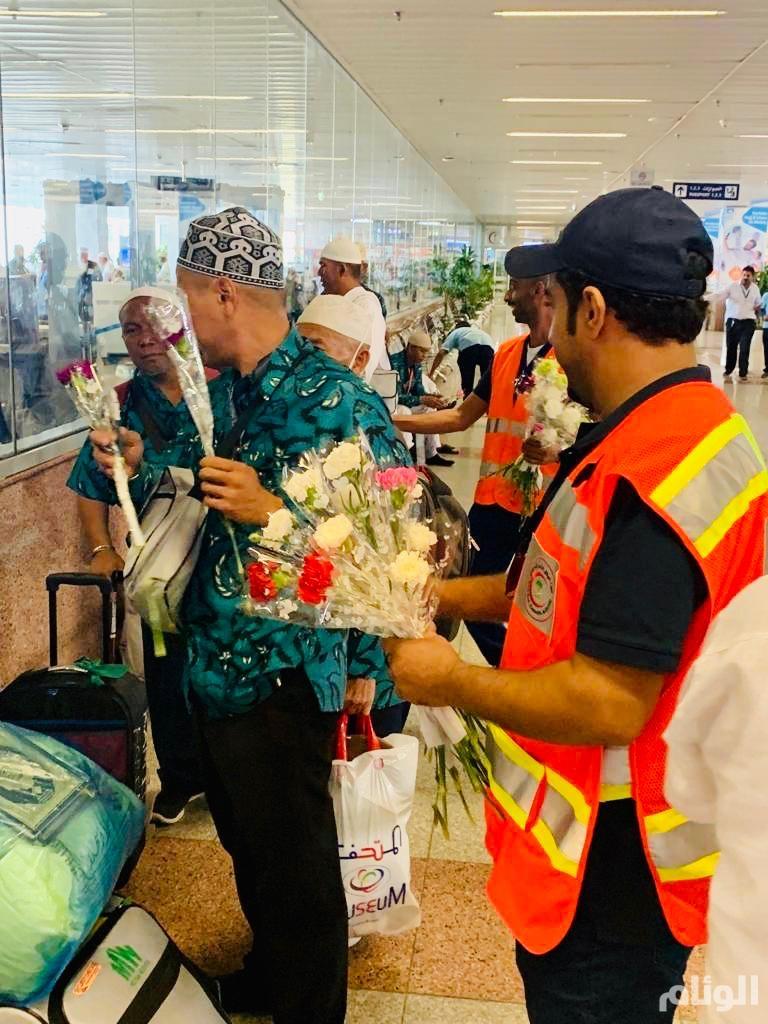 الهلال الأحمر يودع الحجاج بـ«الورود» بمطار الملك عبدالعزيز بجدة