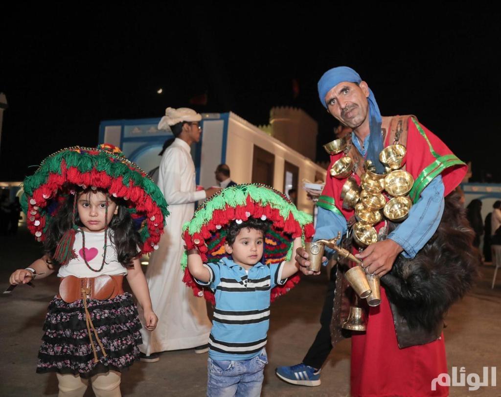 شاهد: حي العرب في سوق عكاظ يتيح للزوار تجربة الطواجن المغرببة