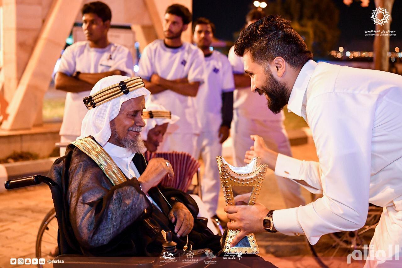 شاهد: نزلاء دار الرعاية الاجتماعية بالطائف يزورون مهرجان ولي العهد للهجن