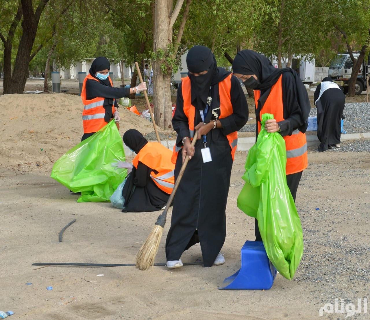 بالصور: ١٥٠ شاب وفتاة في مبادرة تطوعية لتنظيف مشعر عرفات