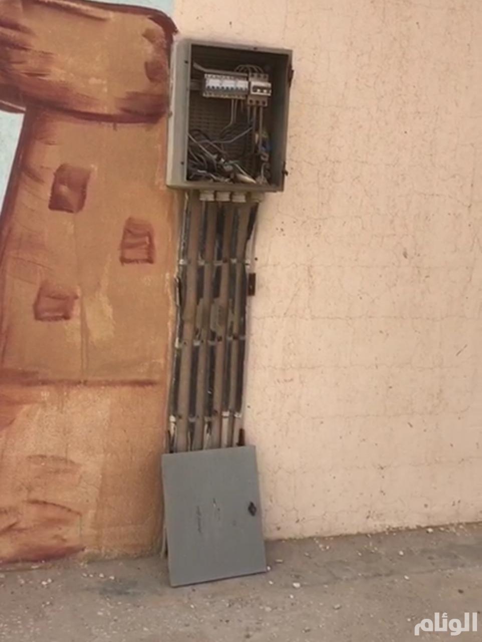 كهرباء مكشوفة وأسياخ حديد بارزة تهدد طلاب مدرسة شرق الرياض