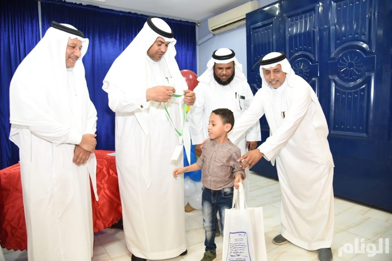 """مدير """"تعليم مكة"""" يشارك أبناءه الطلاب في فعاليات الأسبوع التمهيدي"""
