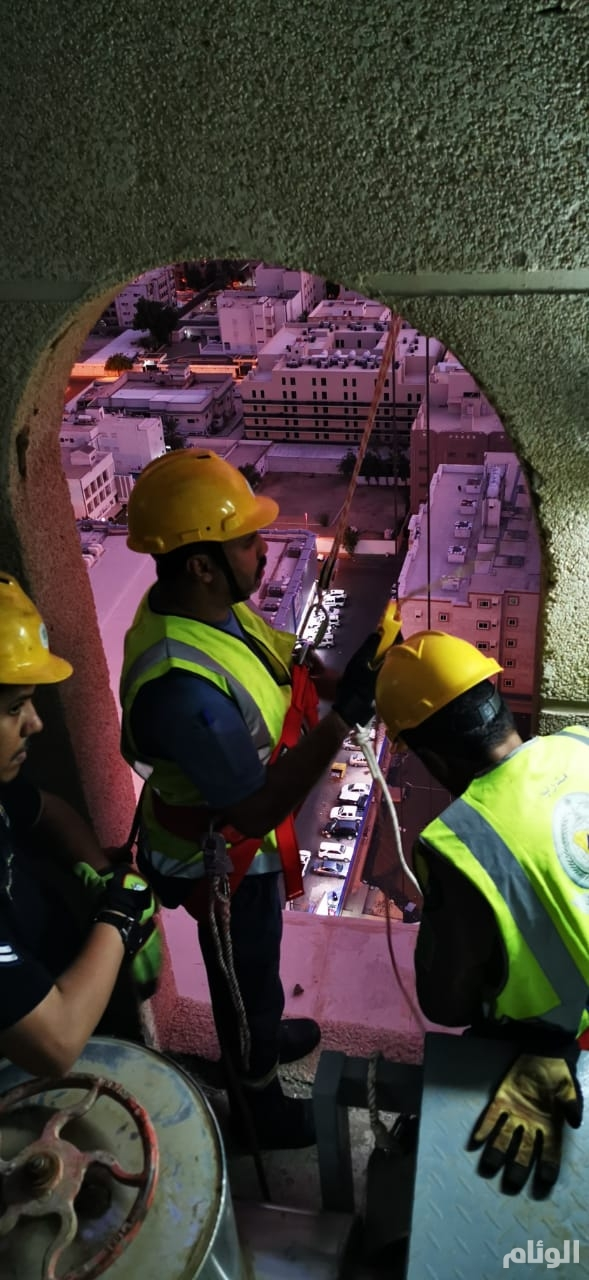 شاهد .. عاملان عالقان على قمة واجهة فندق مرتفع في مكة