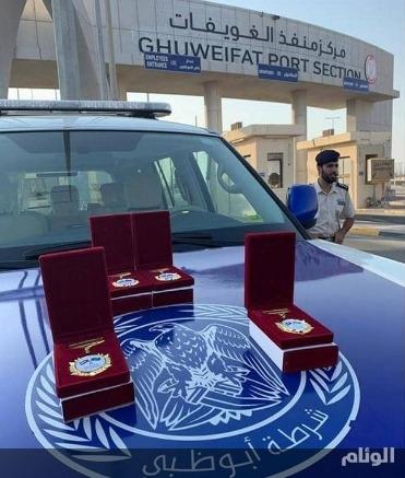 """شرطة أبو ظبي تستقبل السعوديون بمنفذ الغويفات بشعار """"الإماراتي سعودي والسعودي إماراتي"""""""