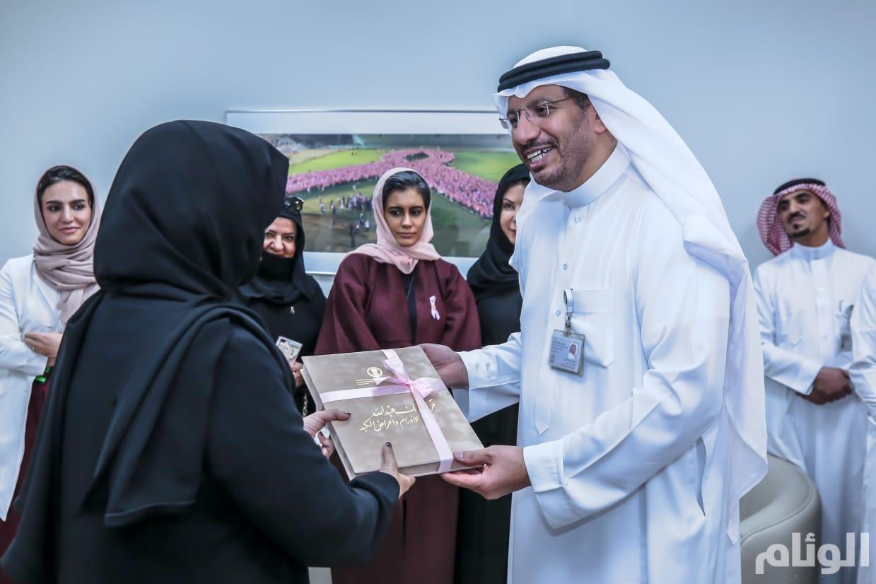 الدكتور ماجد الفياض يقدم لسمو حرم أمير الرياض كتاب تذكاري عن مركز الملك عبدالله للأورام في التخصصي