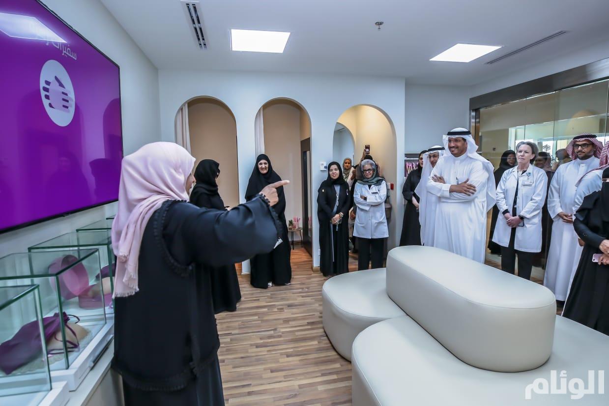 """إحدى المريضات المتعافيات من برنامج """"سفراء زهرة"""" تقدم شرحاً لسمو الأميرة والحضور"""