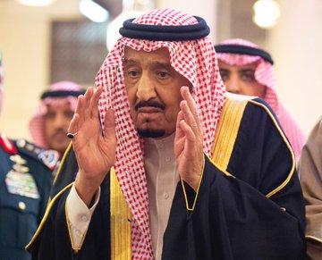صحيفة الوئام خادم الحرمين يؤدي صلاة الميت على الأمير بندر بن